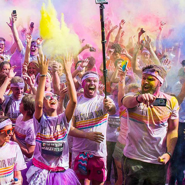 the color run 2016 deutschland läufer bunt mit handy stick