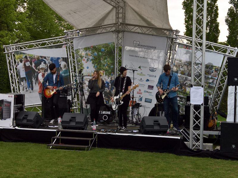 band stadtruhe live auf der muko bühne mit instrumenten und support von kontraschall