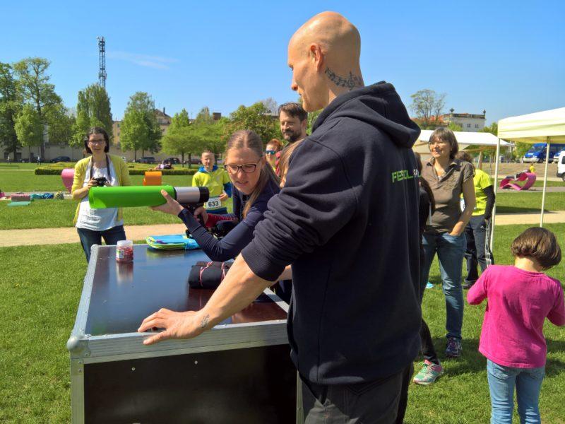 mutter und tochter mit t-shirt kanonen berlin im lustgarten potsdam beim muko freundschaftslauf 2017